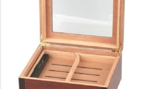Humidor 40 szivar részére, diófa borítással, üveg tetővel, külső hygrometerrel