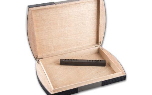 Utazó humidor - cédrusfa szivartartó doboz utazáshoz, párásítóval, carbon (24x19 cm)